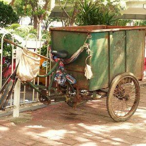 Bien que la circulation automobile soit assez dense, le vélo est encore un moyen de transport très utilisé