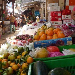 Un marché alimentaire. Légumes très variés et fruits exotiques….