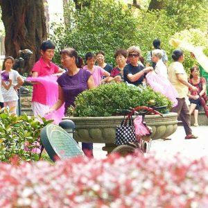 Dans l'îlot de Shamian A Guangzhou, des petits groupes pratiquent du sport