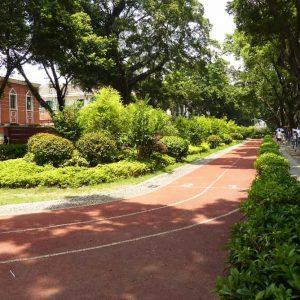 Dans l'îlot de Shamian à Guangzhou , une piste d'athlétisme autour d'un jardin public