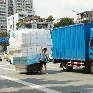 Les vélos sont utilisés pour le transport des personnes et des marchandises, formant parfois des empilements impressionnants.