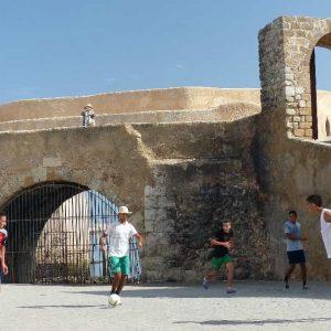 El Jadida - Des jeunes gens jouent au foot sur une place
