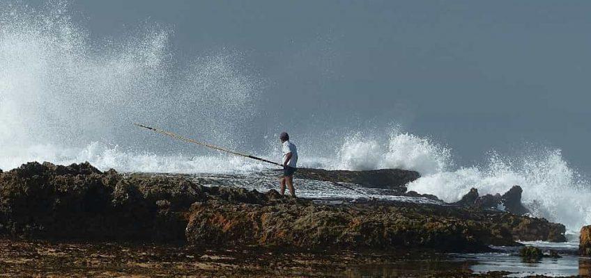 Pêcheur à pieds sur la plage de Oualidia