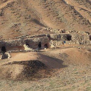 Des habitations creusées dans la roche