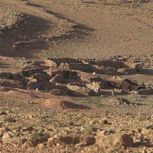 Un muret de pierres entoure le campement