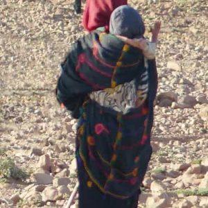 Pour toutes les activités de la vie courante, les femmes portent leurs bébés sur le dos