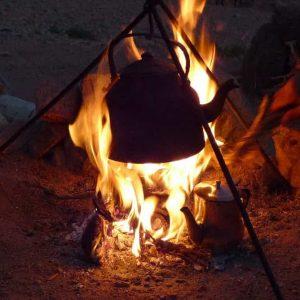 Un petit feu de broussailles pour faire chauffer l'eau du thé à la menthe