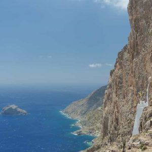 Le monastère accroché à la paroi de la falaise (Amorgos)
