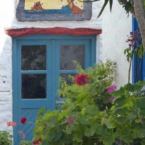 Une façade dans les rues de Chora, à Amorgos