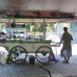 Petit restaurant itinérant sur une place de Singaraja