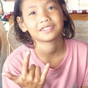 Si jeune et déjà excellente chanteuse et percussionniste... Bonne chance petite étoile!