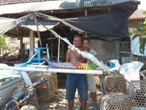 Les pêcheurs de Singaraja fabriquent des maquettes de Jukungs, leurs petits trimarans de pêche
