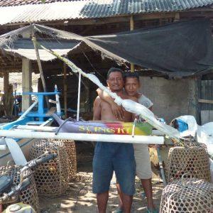Bes pêcheurs nous montrent leurs maquettes de bateaux (jukung)
