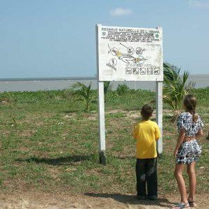 Les enfants lisent attentivement les onsignes données aux visiteurs afin de ne pas déranger les tortues marines