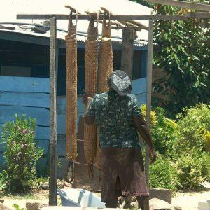 """Les """"couleuvres"""", pièces de vannerie tubulaire servant à faire sécher le manioc"""
