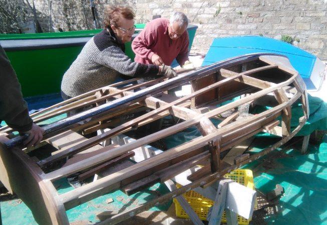 Françoise et Denis menant la restauration d'une plate