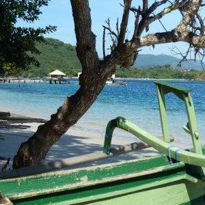 Petite plage ombragée à Gili Asahan