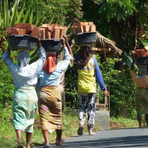 Lombok - Des femmes sont employées à de durs travaux de manutention