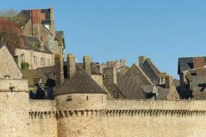 En plus d'être un lieu de pèlerinage réputé, le Mont Saint Michel est une ville fortifiée qui a été d'une grande importance stratégique à certaines époques
