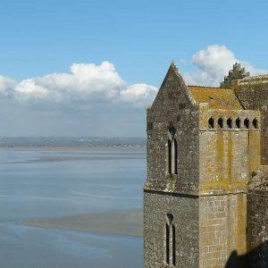 Le Mont Saint Michel domine une  baie immense où les marées sont parmi les plus fortes d'Europe