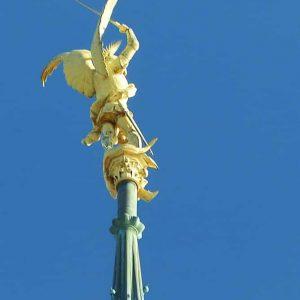 La statue de l'Archange Saint Michel a été réalisée en 1897 par Emmanuel Frémiet