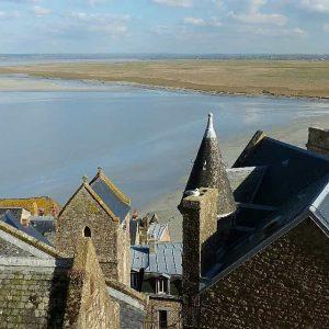 Le Mont Saint Michel domine une  baie immense entre la presqu'île du Cotentin et la Pointe du Grouin