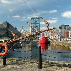 Albert Dock à Liverpool: les bâtiments anciens côtoient les constructions modernes