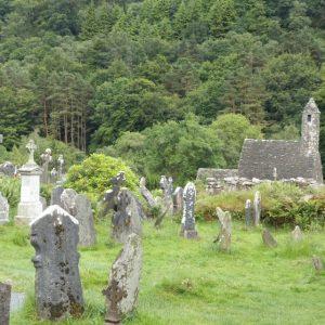 L'ancien cimetière entourant Ste Mary Church à Glendalough