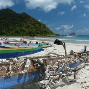 Bateaux de pêcheurs sur la plage de Kuta Lombok