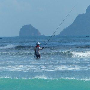 Pêcheur sur la plage de Kuta Lombok