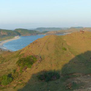 Sur la colline près de Kuta Lombok, deux cavaliers attendent le coucher de soleil