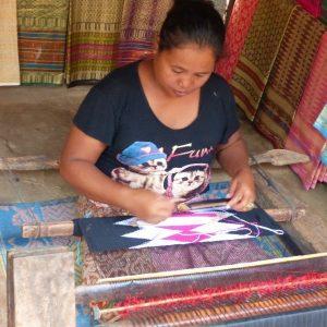 Dans le village Sasak de Sade à Lombok, femme tissant un sarong