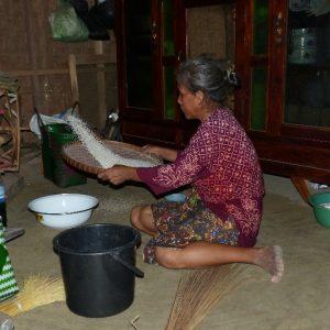 Dans le village Sasak de Sade à Lombok, intérieur d'une maison