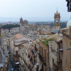 Vue du haut de  l'escalier Santa Maria del Monte à Caltagirone