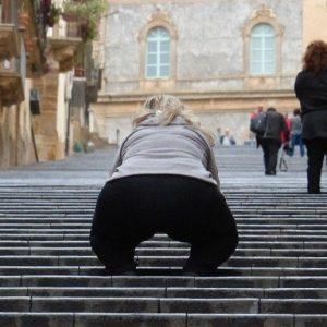 Touriste américaine photographiant les escaliers Santa Maria del Monte