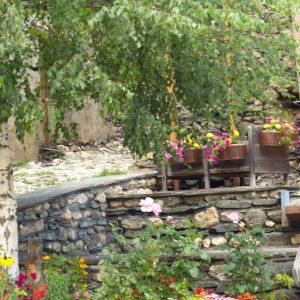 Fontaines fleuries dans le village de Besse