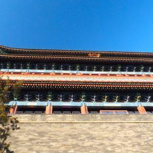 Zhengyangmen, connue aussi sous le nom de Qianmen, au sud de la place Tian'anmen. Situé au centre de l'axe Nord-Sud de l'ancienne cité de Beijing, Zhengyangmen était la plus importante porte pour entrer dans la capitale impériale