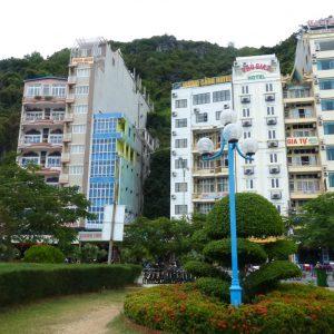 Sur le front de mer de Catba sont alignés des immeubles hauts et étroits, souvent des hôtels. Un petit jardin est aménagé côté mer.