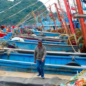 Pêcheur sur un bateau de pêche à Catba