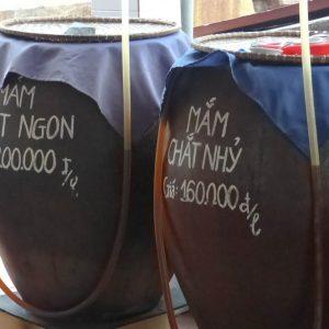 Le précieux Nuoc-mam est conservé dans des jarres de terre cuite. Selon les poissons utilisés pour sa fabrication, les prix peuvent varier d'un facteur de 1 à 10 ou même plus.