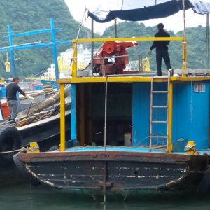 Chargement de blocs de glace sur un bateau de pêche à Catba