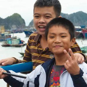 Enfants de Catba à la pêche à la ligne sur le port