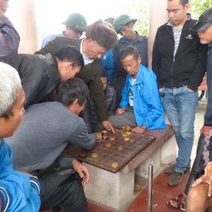 Tous les jours, des passionnés se rassemblent sur la place pour jouer aux échecs chinois