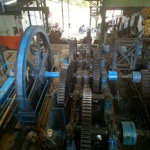 La machine à vapeur de la distillerie La Favorite date de 1906. Elle développe 360 CV et entraîne ainsi une grande roue qui tourne à 60 tours par minute.