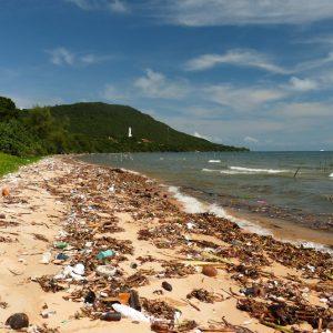 La plage de Sao, couverte de détritus